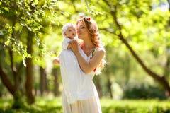 Счастливые женщина и младенец в лете садовничают Концепция праздника дня матерей Стоковая Фотография RF