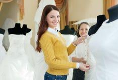 Счастливые женщины выбирают bridal обмундирование Стоковое Изображение