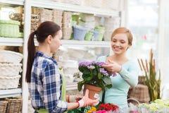 Счастливые женщины выбирая цветки в парнике или магазине Стоковое Фото