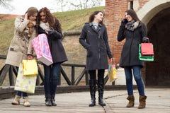 Счастливые женщины держа хозяйственные сумки Стоковая Фотография