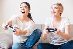 Счастливые женщины играя видеоигры Стоковое Изображение