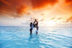 Счастливые женщины играя в воде Стоковые Фото