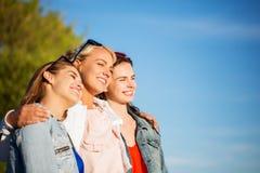 Счастливые женщины или девочка-подростки обнимая outdoors Стоковые Изображения RF