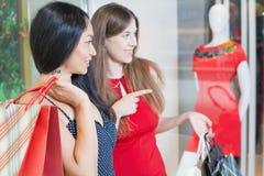 Счастливые женщины моды с сумками крытыми на торговом центре Стоковые Фотографии RF