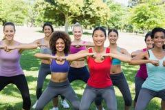 Счастливые женщины нагревая в парке Стоковые Фото