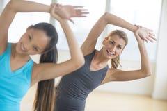 Счастливые женщины нагревая на оздоровительном клубе Стоковые Изображения RF