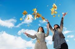 Счастливые женщины на осени outdoors Стоковая Фотография