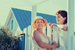 Счастливые женщины приближают к калитке загородки Стоковое фото RF