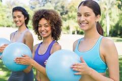 Счастливые женщины работая с шариками медицины Стоковое Изображение