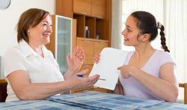 Счастливые женщины с документами дома Стоковые Изображения RF