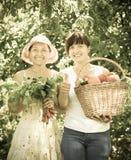 Счастливые женщины с сжатыми овощами стоковая фотография rf