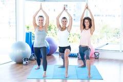 Счастливые женщины с соединенными руками в студии фитнеса Стоковая Фотография RF