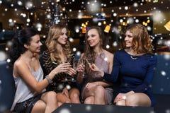 Счастливые женщины с стеклами шампанского на ночном клубе Стоковое фото RF