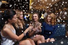 Счастливые женщины с стеклами шампанского на ночном клубе Стоковые Изображения RF