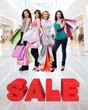 Счастливые женщины с хозяйственными сумками на магазине Стоковое Фото