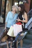 Счастливые женщины с хозяйственными сумками Стоковое фото RF