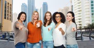 Счастливые женщины указывая палец на вас в городе Дубай Стоковые Изображения RF