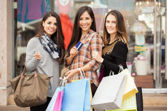 Счастливые женщины ходя по магазинам совместно на моле Стоковая Фотография