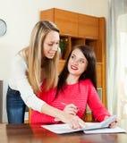Счастливые женщины читая финансовые документы Стоковые Изображения