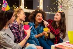 Счастливые женщины шутя на партии Стоковое Изображение
