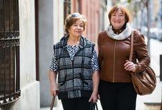 Счастливые зрелые женщины идя в город стоковое изображение