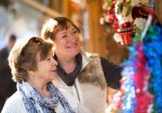 Счастливые зрелые женщины покупая украшения рождества Стоковые Изображения RF
