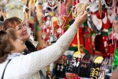 Счастливые зрелые женщины покупая украшения рождества Стоковое Изображение RF