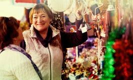 Счастливые зрелые женщины покупая украшения рождества Стоковое фото RF