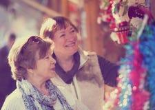 Счастливые зрелые женщины покупая украшения рождества Стоковая Фотография