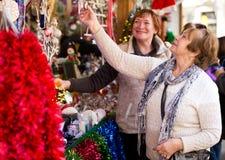 Счастливые зрелые женщины покупая украшения рождества Стоковая Фотография RF