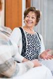 Счастливые зрелые женщины сидя на софе стоковые изображения rf