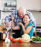 Счастливые зрелые пары варя совместно Стоковые Изображения RF