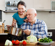 Счастливые зрелые пары варя совместно Стоковое Изображение