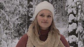 счастливые играя детеныши женщины снежка сток-видео
