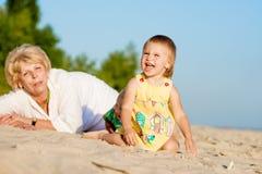 Счастливые игры бабушки с внучкой стоковое фото