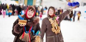 Счастливые игры девушек во время Shrovetide Стоковые Изображения