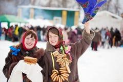 Счастливые игры девушек во время Shrovetide Стоковые Фотографии RF