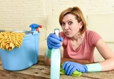 Счастливые и жизнерадостные таблица и мебель живущей комнаты женщины или домохозяйки очищая с тканью Стоковое фото RF