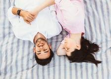 Счастливые и молодые беременные пары Стоковые Изображения