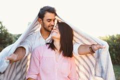 Счастливые и молодые беременные пары Стоковое Фото