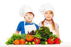 Счастливые кашевары детенышей с свежими овощами Стоковое Изображение