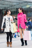 Счастливые китайские женщины идут ходить по магазинам Стоковая Фотография