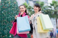Счастливые китайские женщины идут ходить по магазинам Стоковые Фото