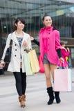 Счастливые китайские женщины идут ходить по магазинам Стоковые Изображения