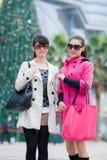Счастливые китайские женщины идут ходить по магазинам Стоковое фото RF
