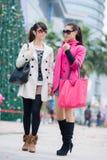 Счастливые китайские женщины идут ходить по магазинам Стоковые Фотографии RF