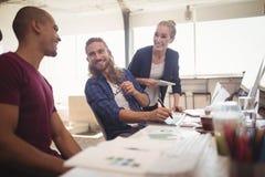 Счастливые коллеги дела работая совместно на творческом офисе Стоковые Фотографии RF