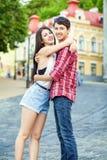 Счастливые красивые молодые пары в влюбленности huging и имеют потеху совместно в городе Стоковая Фотография