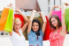 Счастливые красоты держа сумки Стоковое Изображение