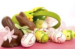 Счастливые кролики зайчика шоколада пасхи с корзиной Стоковые Изображения RF